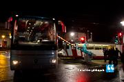 Schranke schließt in Grünphase – Bus steht auf den Gleisen fest