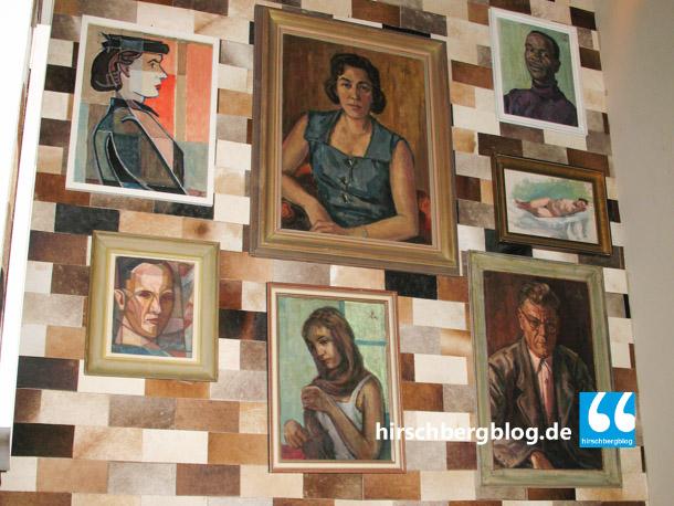 Eine Wand aus Kuhfellen in Ziegeloptik. Die Gemälde sind von seinem Großvater Paul Meier-Pfau.