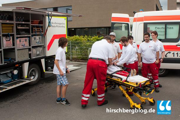 Die Ortsvereine Hirschberg und Weinheim des DRK waren mit einem Rettungswagen und einem Einsatzwagen Sanität vor Ort. Hier bei einer gestellten Szene mit freiwilligem Opfer.